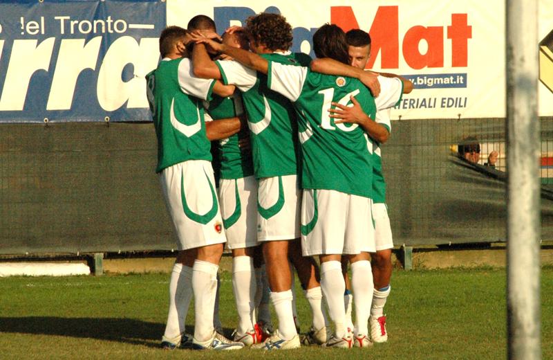 L'abbraccio dei giocatori rossoblu (in maglia verde) dopo il 2-0 realizzato da Di Vicino (foto Troiani)