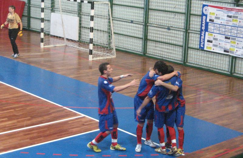I giocatori della Futsal Samb festeggiano la rete del vantaggio al Belluno
