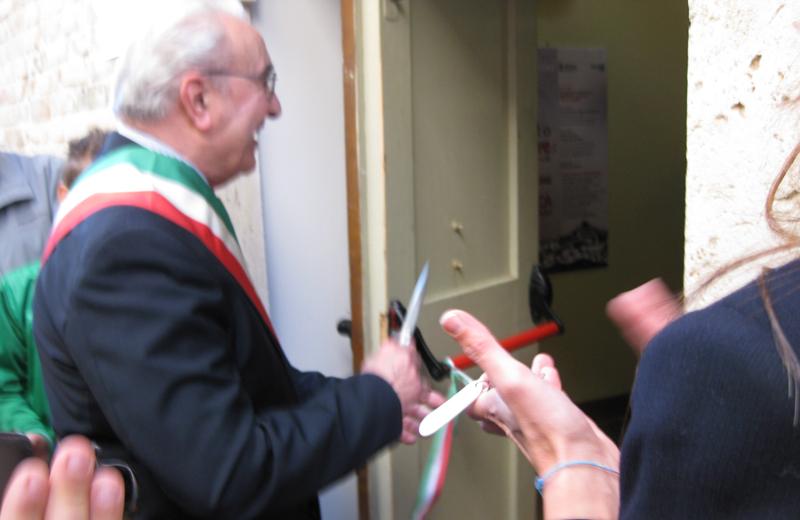 Il sindaco Tarcisio Infriccioli inaugura la biblioteca