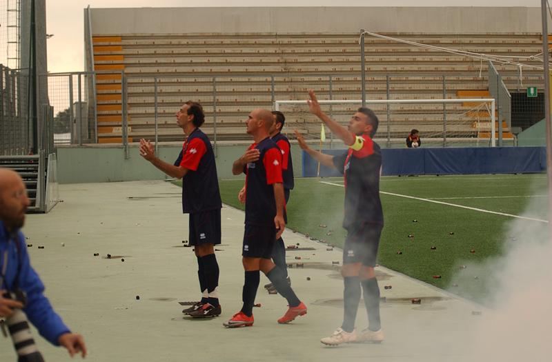 Ogliari e Pulcini calmano i tifosi rossoblu dopo che un fumogeno è finito sul terreno di gioco (foto Troiani)