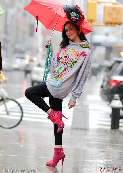 Pamela Quinzi con le scarpe da lei disegnate