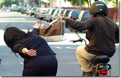 Un tentativo di borseggio (foto Google)