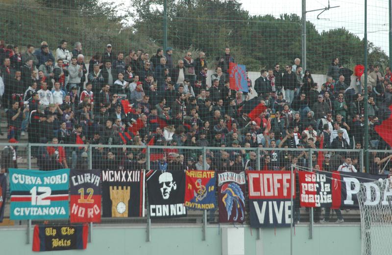 Tifosi della Samb a Teramo per Santegidiese-Samb (foto TROIANI)
