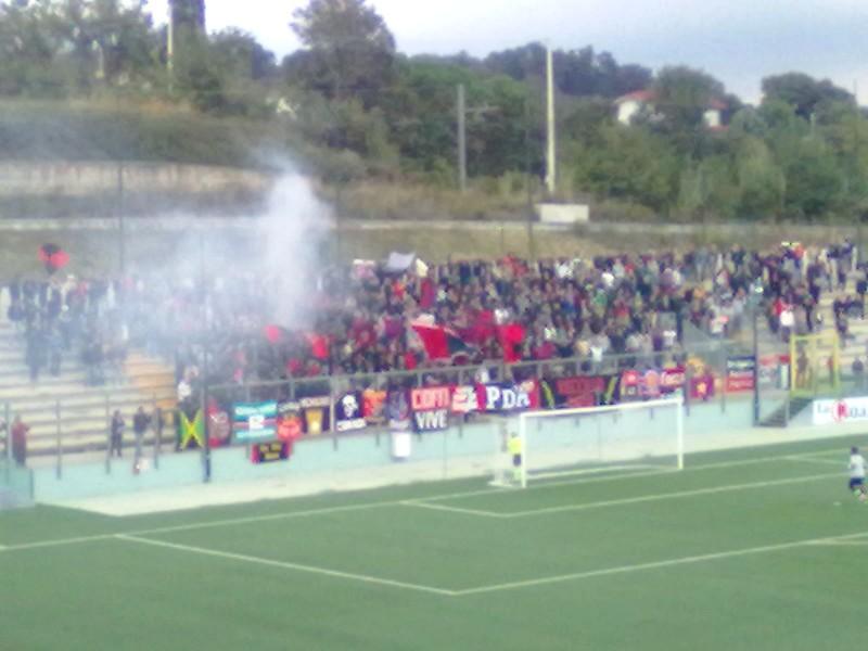 I tifosi rossoblu durante Santegidiese-Samb a Teramo