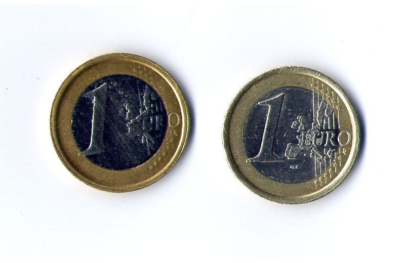 A sinistra la moneta da un euro contraffatta, a destra l'originale