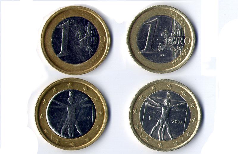 Sulla sinistra, i due lati della moneta falsa. Sulla destra, i due lati della moneta vera