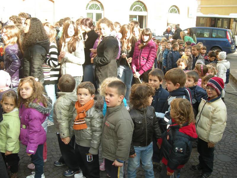 Bambini e ragazzi partecipano alle celebrazioni del 4 novembre a Cupra