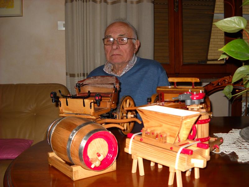 Antonio Lelli di fronte ai suoi modellini di carri agricoli