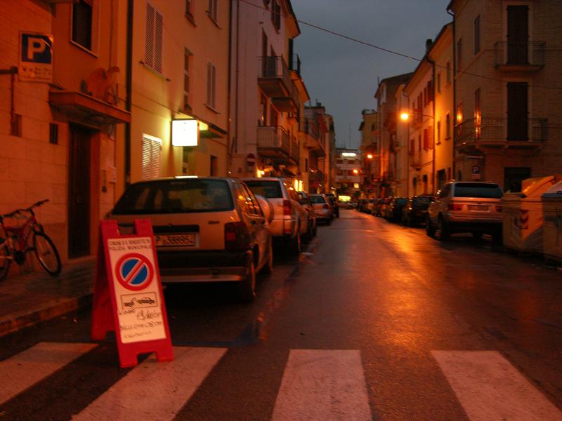 Parcheggi in una via del centro di San Benedetto