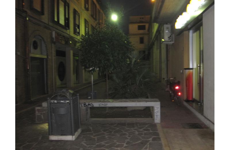 Una traversa del Corso di Grottammare, quasi al buio