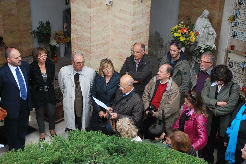 La cerimonia con cui si conclude il restauro della cappella Piacentini al cimitero