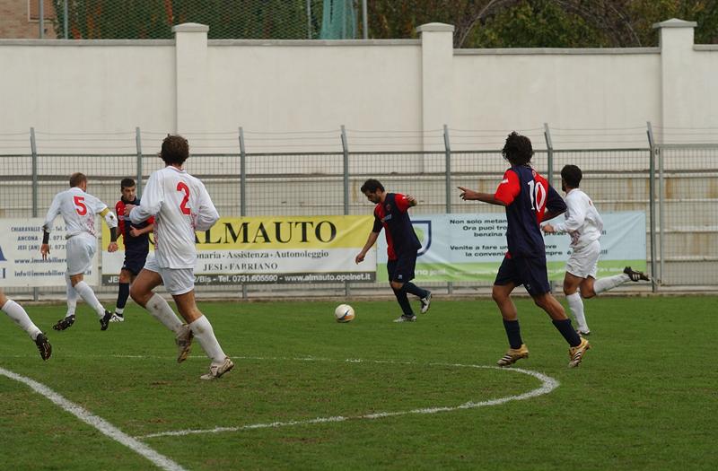 Jesi, Pazzi sta scagliando il siluro della vittoria (foto Troiani)
