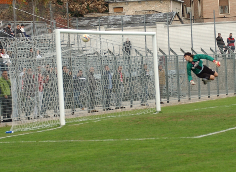Siluro di Pazzi, la palla si infila sotto al sette: il portiere jesino Niosi nulla può (FOTO TROIANI)