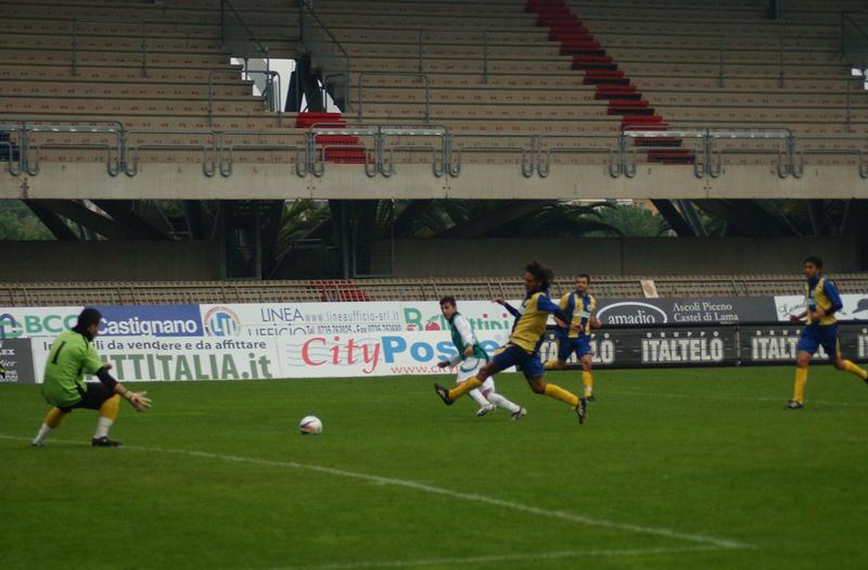 La sequenza del tiro di D'Angelo e del gol di Covelli (foto Troiani)