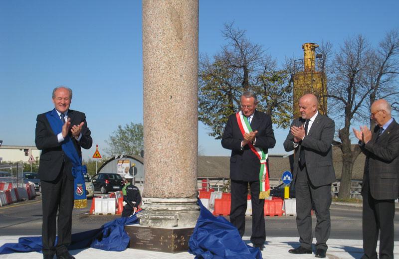 La colonna commemorativa del passaggio di Vittorio Emanuele è stata collocata sulla rotonda del ponte