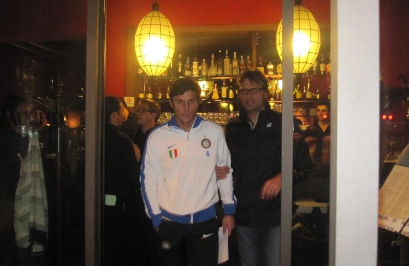 Javier Zanetti, dopo aver salutato esce dal ristorante