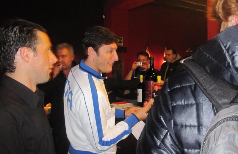 Javier Zanetti, si intrattiene con i tifosi nel suo ristorante