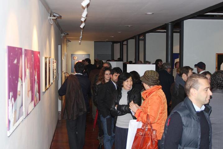 Molte persone alla mostra