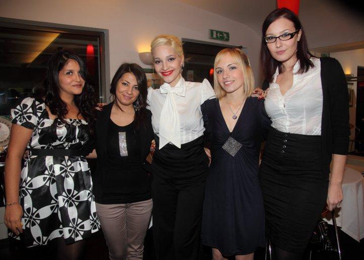 Barbara Cameli (al centro) con alcune sue amiche e sostenitrici