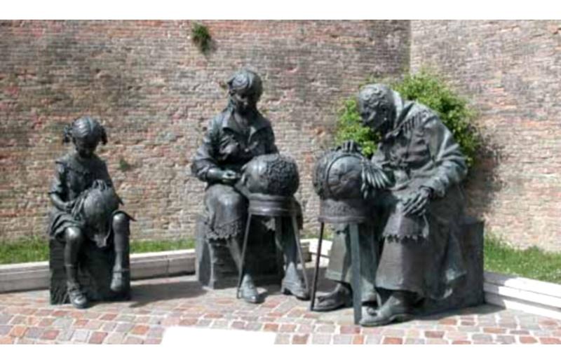 Statua delle Merlettaie al quartiere Fuori Porta