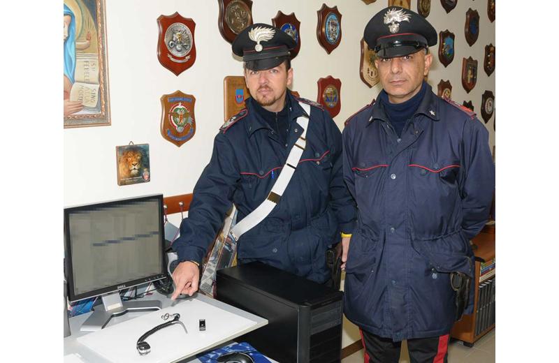 I Carabinieri di Ascoli mostrano la videocamerina camuffata con cui il trentenne denunciato riprendeva immagini sotto alle gonne delle donne che passavano nei centri commerciali