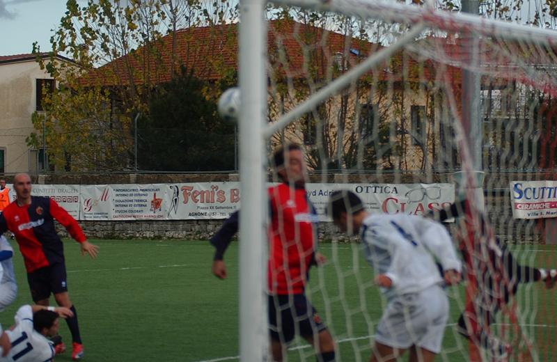 Di Lullo salva sulla linea l'incornata di Covelli: dal possibile 0-1 in 5 minuti si è passati al 2-0 dell'Agnonese