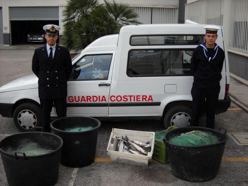 Militari della Guardia Costiera di San Benedetto con il pescato e gli attrezzi sequestrati
