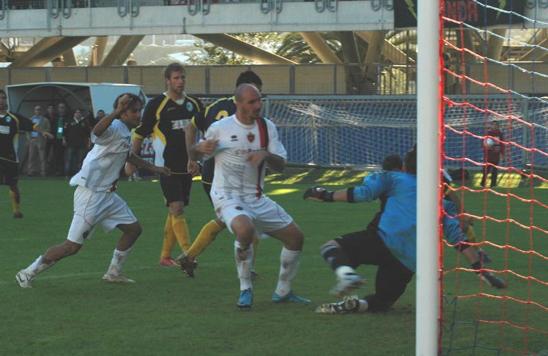 Covelli realizza l'1-1 contro il Santarcangelo (foto Troiani)