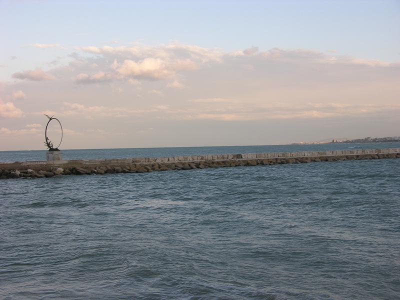 Il Molo sud e il monumento al Gabbiano Jonathan