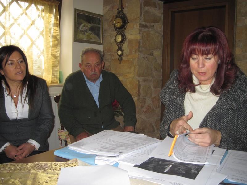 L'avvocato Gabriella Ceneri con i cittadini monsampolesi che protestano contro i campi fotovoltaici