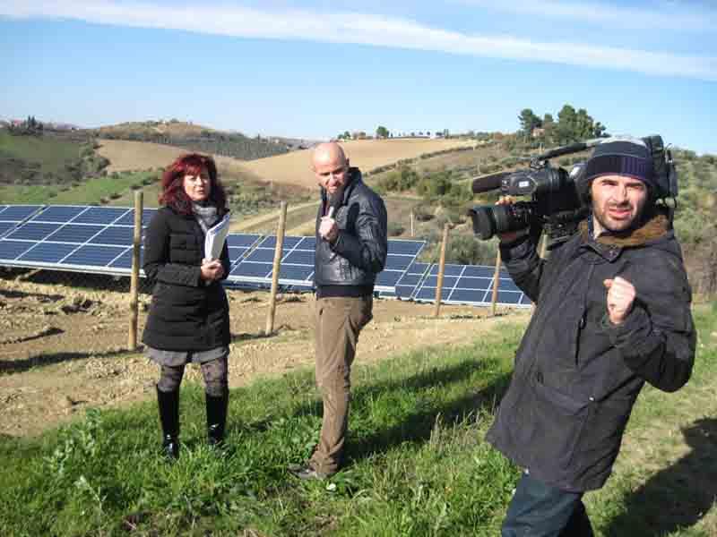 Il Tg3 Marche a Monsampolo per la protesta contro i parchi fotovoltaici: nell'immagine l'avvocato Gabriella Ceneri, il giornalista Luca Moriconi e l'operatore Claudio Riga