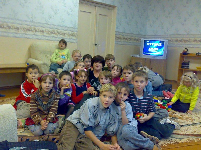Rosanna Pompei circondata dai bambini di Orshia