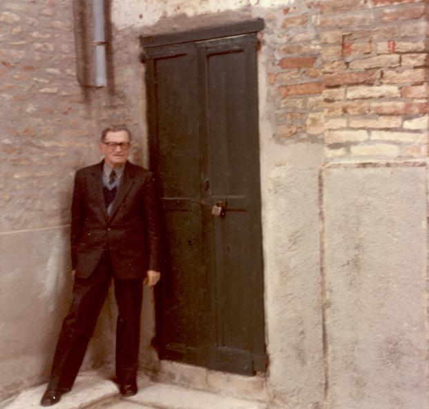 Giuseppe Pallotta davanti alla sede dove sorse il mobilificio omonimo, nel centro di Monteprandone