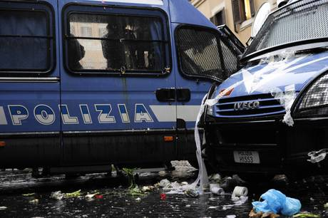 Incidenti in piazza Montecitorio per la Riforma Gelmini (Ansa)