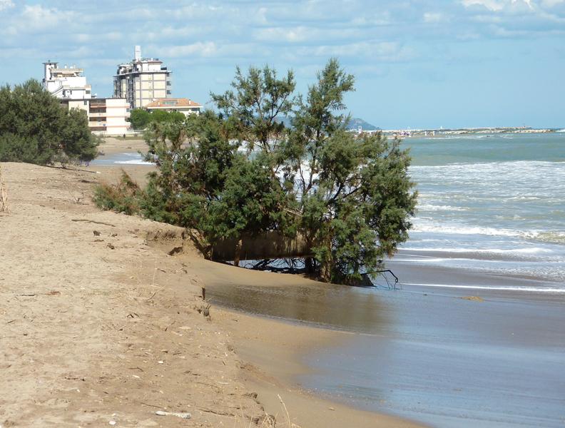 L'erosione alla Sentina in una foto dello scorso settembre