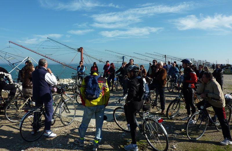 Il raduno dei ciclisti al molo nord di Martinsicuro