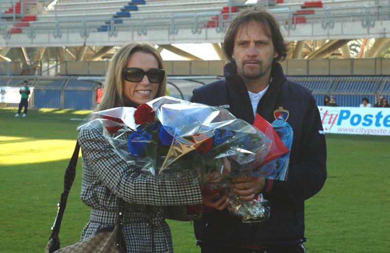 Il team manager Tassotti dona un mazzo di fiori rosso blu alla campionessa di scherma Valentina Vezzali (foto Troiani)