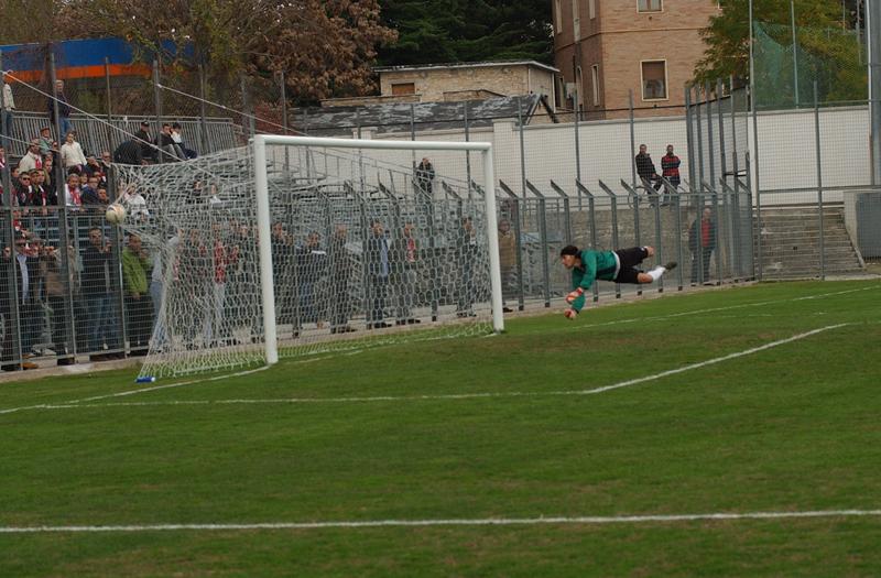 Jesi, il bellissimo gol di Pazzi nella vittoria della Samb dello scorso novembre: Niosi può solo guardare la palla che si insacca in rete (foto Troiani)