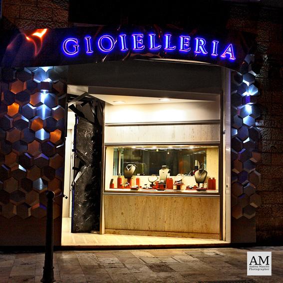 L'esterno della gioielleria Antonelli, in viale De Gasperi
