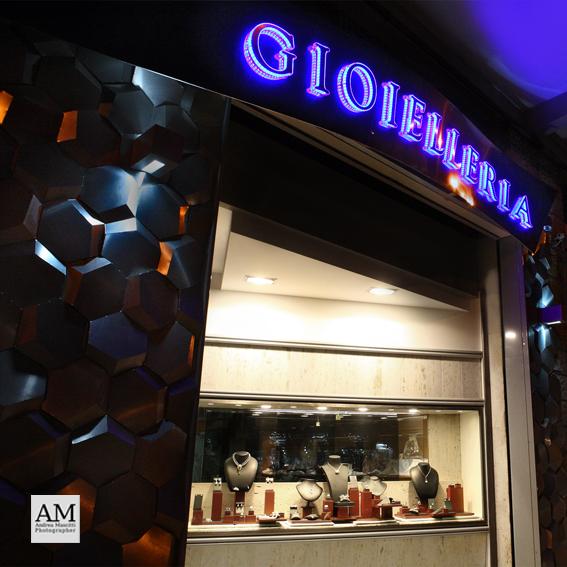 La gioielleria Antonelli in viale De Gasperi (foto d'archivio)