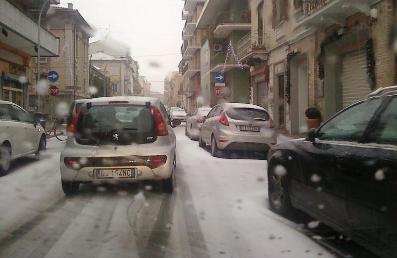Neve in via Crispi a San Benedetto, 14 dicembre 2010, ore 15:30