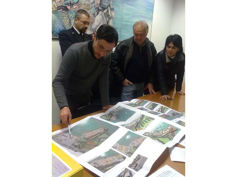 L'ingegnere comunale Marco Cicchi illustra i progetti per i cantieri all'assessore Settimio Capriotti e a Irene Cicchiello della Cna