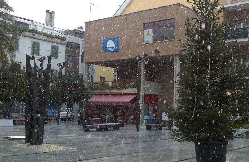 16 dicembre, neve in piazza Fazzini a Grottammare