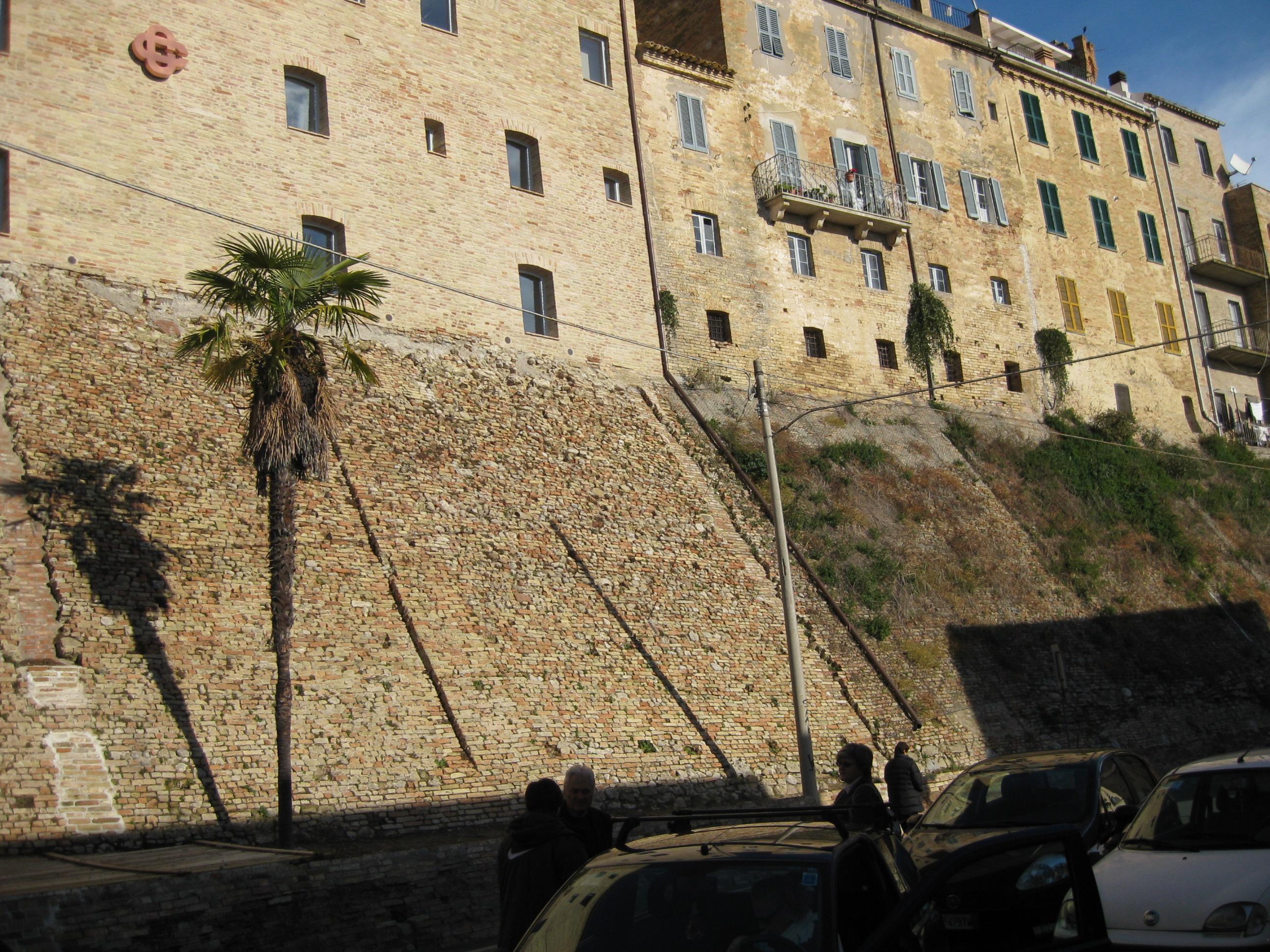 Mura castellane acquavivane