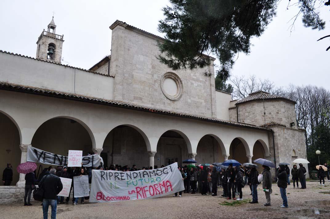 Gli studenti della Facoltà di Architettura protestano contro la Gelmini, 30 novembre, qui all'Annunziata