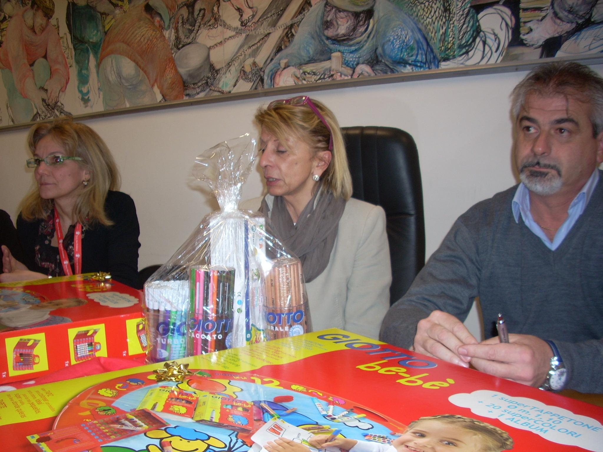 Loredana Emili e Sergio Pezzuoli con i volontari di Save the Children