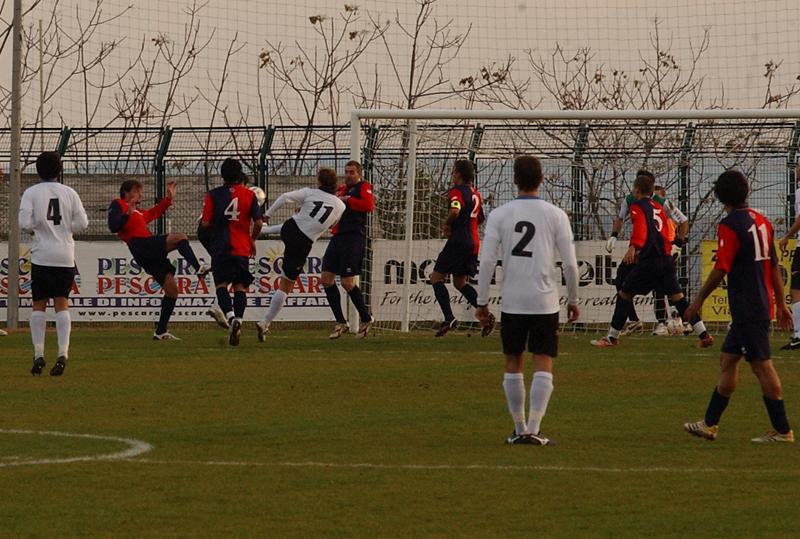 Cammarata beffa i difensori rossoblu e al 7' segna il gol dell'ex con una velenosa girata sul palo lontano: palla non potente ma angolatissima, è il 2-0 (foto Troiani)