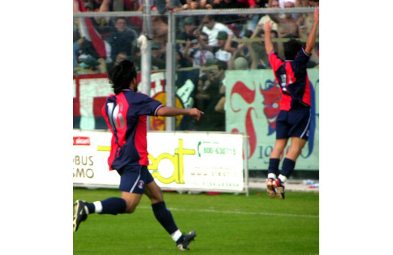 De Rosa, con il numero 16, corre verso i tifosi dopo il suo gol in Fermana-Samb 2-4. Davanti a lui Cigarini (Troiani)