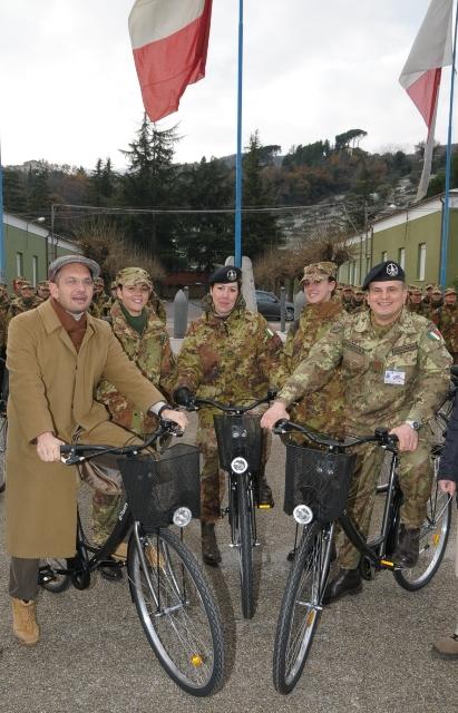 Il Sindaco di Ascoli Piceno dona le biciclette offerte dall'amministrazione comunale al Comandante di Rgt _15_12_2010