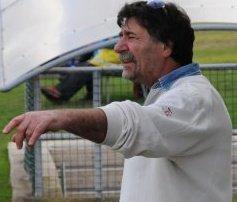 Il responsabile dell'area tecnica Pino Aniello mentre segue una gara del suo Grottammare dalla panchina.